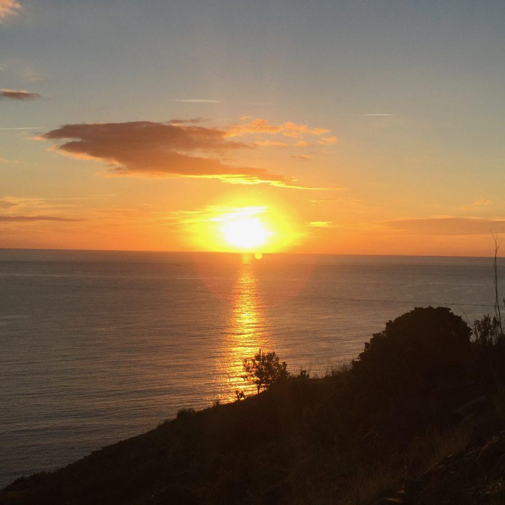 village de Cadaqués en Espagne, catalogne au levé du soleil